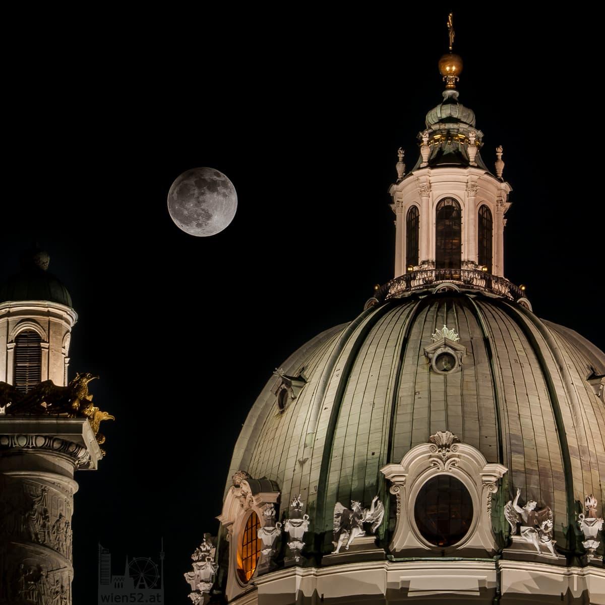 Wiener Karlskirche bei Vollmond
