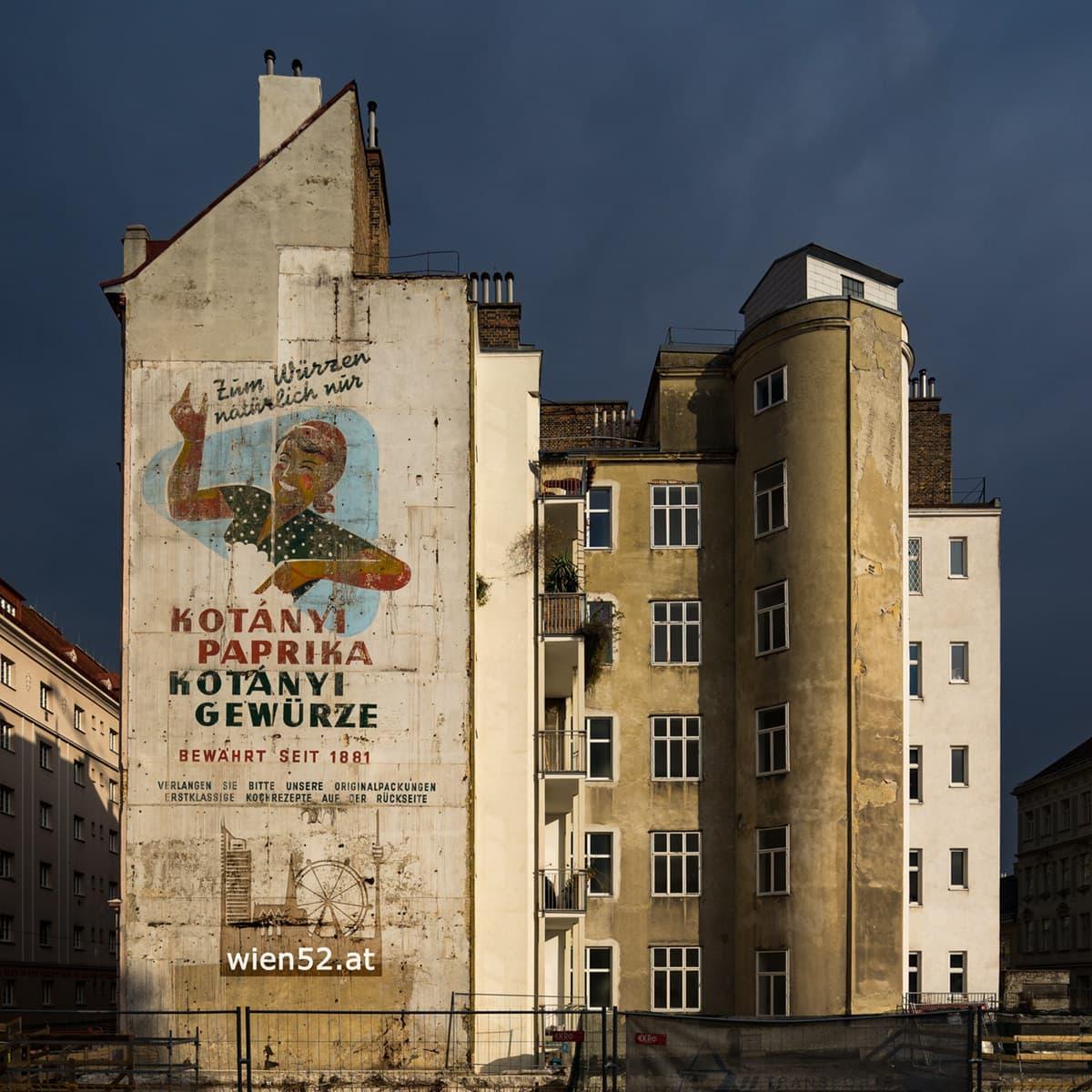 Wien foto hausmauer mit werbebild aus den 50er jahren 2016 50 for Sessel aus den 50er jahren