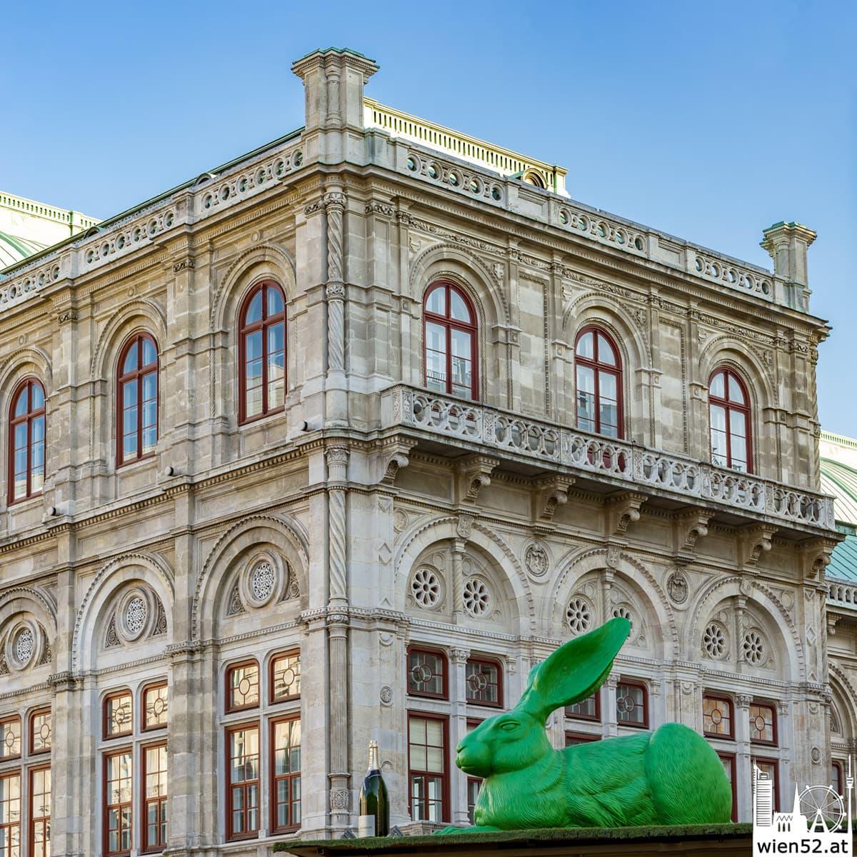 Der Osterhase vor der Wiener Staatsoper