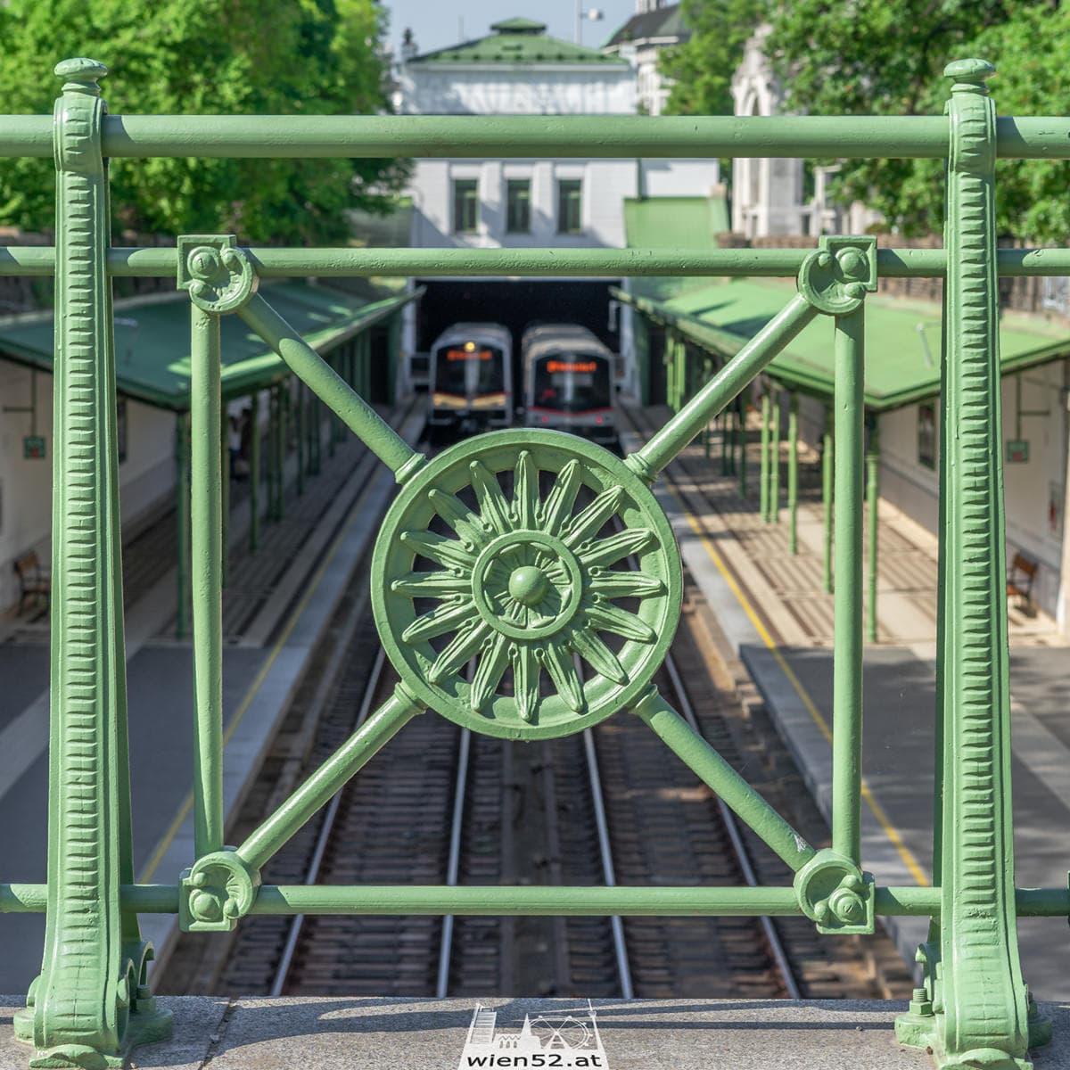 Sonnenblumengitter am Wiener Stadtbahn Geländer