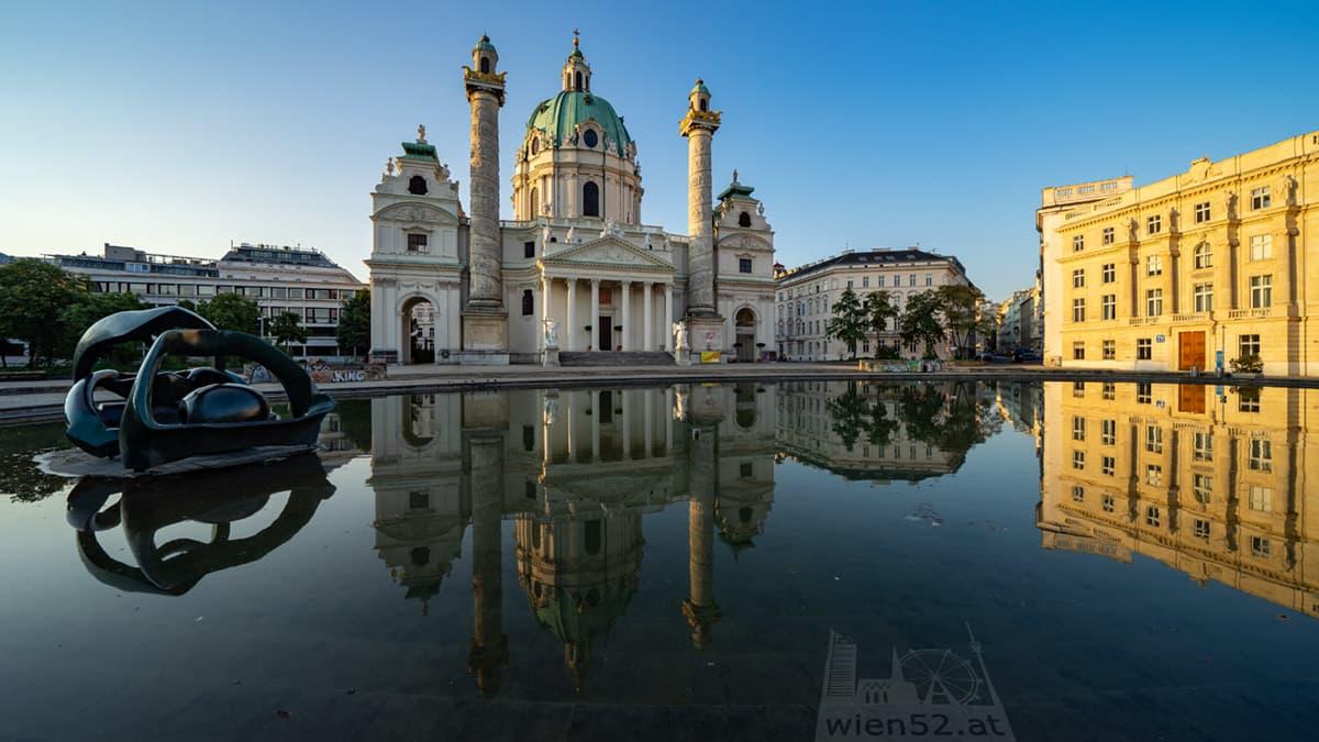 Wasserbecken vor der Wiener Karlskirche
