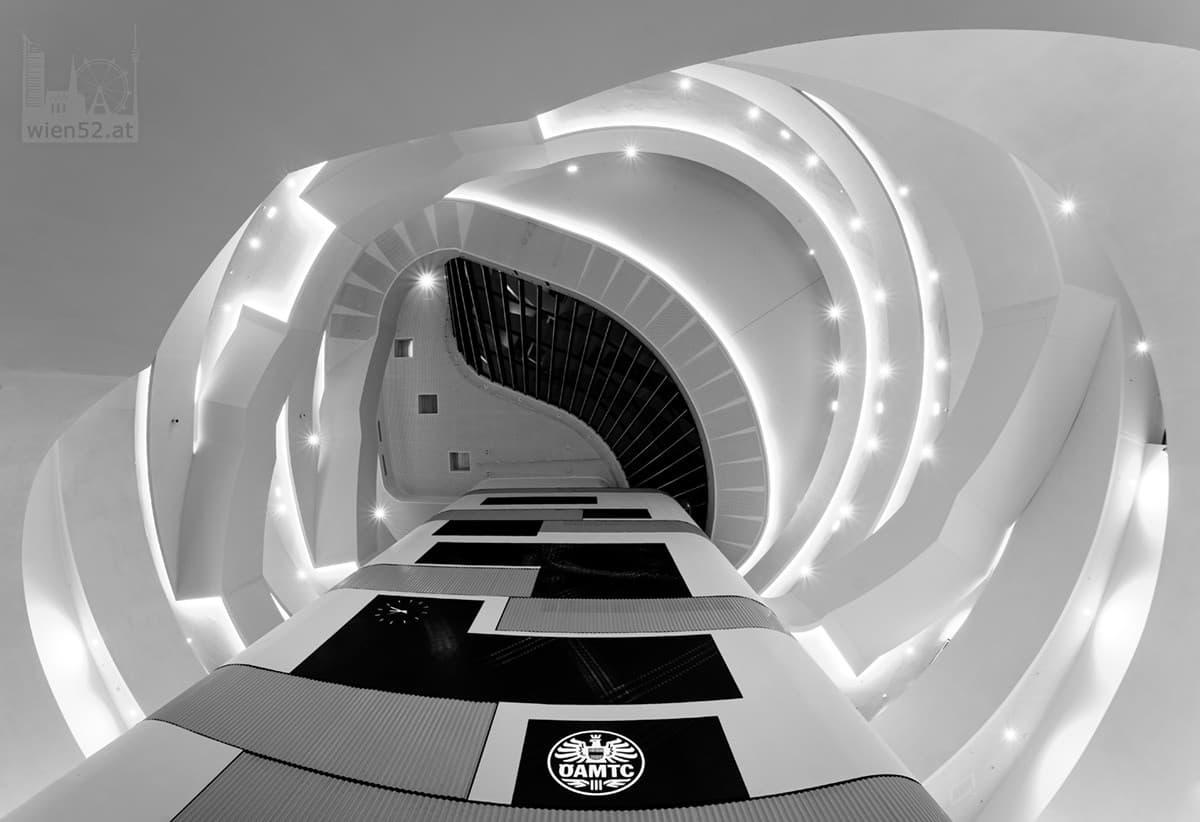 Blick nach oben im ÖAMTC Mobilitaetszentrum Wien-Erdberg