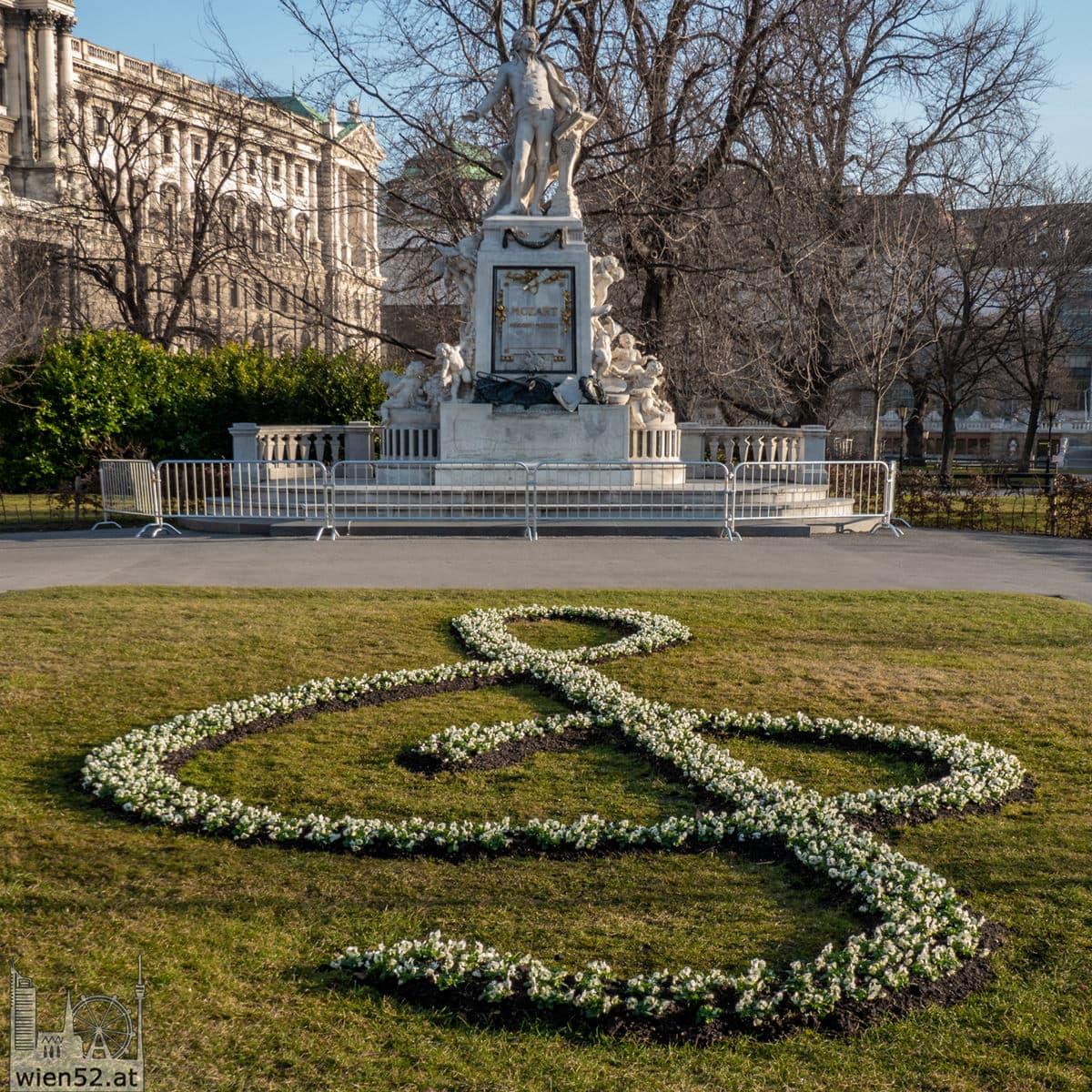 Wien blüht auf - Mozart Denkmal im Burggarten