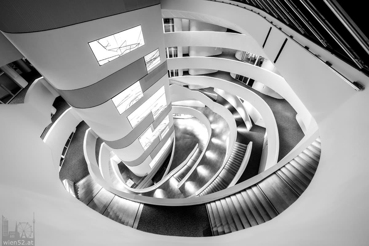 Blick nach unten im ÖAMTC Mobilitätszentrum Wien-Erdberg